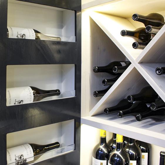 Cantina vini creativa in legno bianco e nero creative wine cellar