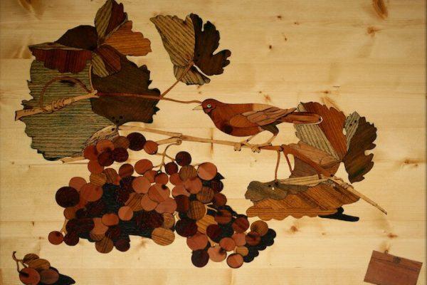 intarsio in legno: still life uccellino con grappolo d'uva