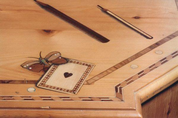 intarsio in legno: farfalla e carta da gioco