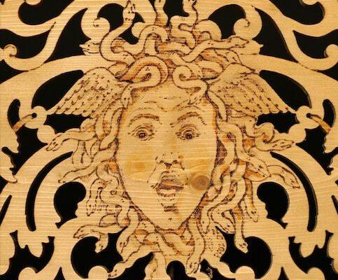 intarsio in legno medusa