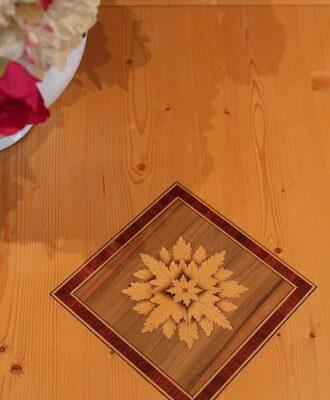intarsio in legno geometrico